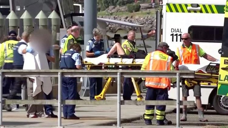 Un herido es trasladado tras la erupción (Reuters)