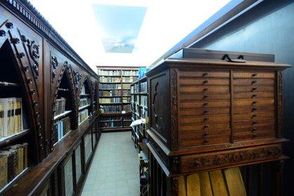 Biblioteca y Hemeroteca Arata