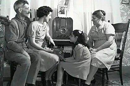 Una familia escuchando radio. Escena repetida en los hogares de las décadas del 40 y el 50
