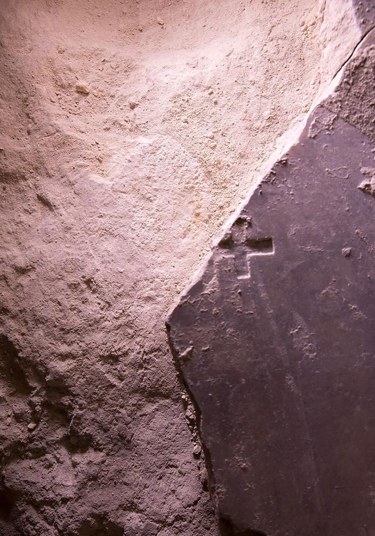 La cruz tallada sobre la tumba de Jesús en tiempos de Constantino. Se la pudo ver por primera vez en 17 siglos