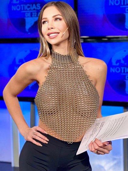 Romina Malaspina fue muy criticada por usar un top transparente para conducir un noticiero