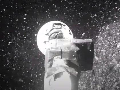 El momento en el que la nave toma muestras en el asteroide Bennu aspirando polvo y tierra durante 6 segundos con su brazo robótico (NASA)