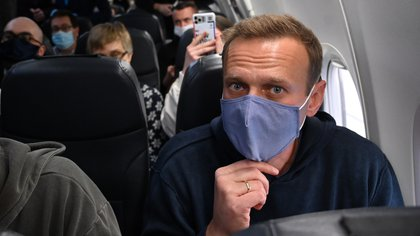 Navalny partió desde Berlín y aseguró no temer ser detenido porque es inocente (AFP)
