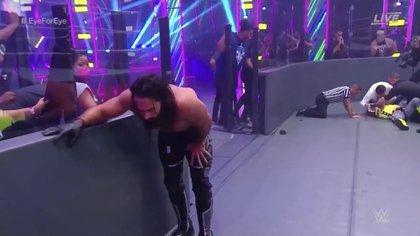 Seth Rollins volvió a lesionar del ojo derecho a Rey Misterio (Foto: WWE - Captura de pantalla)
