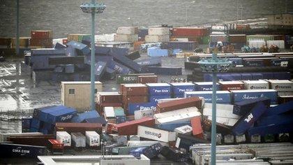 Contenedores impactados por la tormenta en un puerto de Osaka (AP)