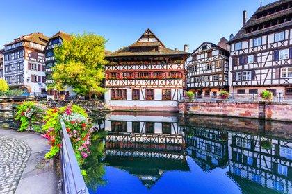 Alsacia, una región cultural e histórica en Francia, es una tierra de tradiciones y gastronomía en el corazón de Europa
