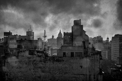 """Foto de Claudio Larrea como parte de la escenografía de """"María de Buenos Aires"""""""