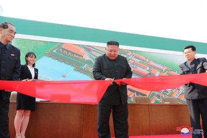 La primera foto del retorno de Kim Jong-un, durante su visita a la planta fertilizante de Sunchon (Reuters/KCTV)