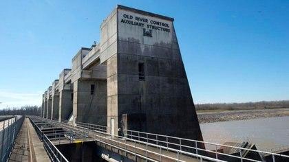La obra se completó en 1963 y soportó una crecida sin precedentes diez años más tarde, tras la cual se planeó una estructura auxiliar que se inauguró en 1986