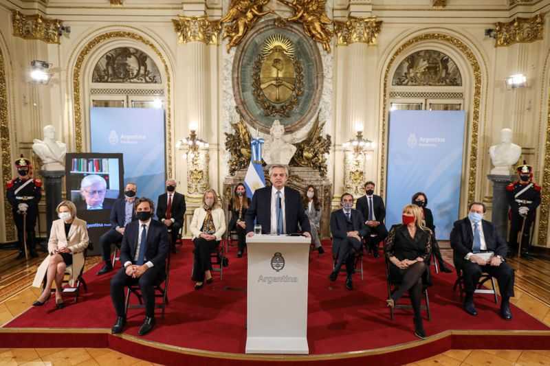 Rodeado de legiladores y ministros, Alberto Fernández presentò el proyecto de reforma judicial en la Casa Rosada (Reuters).