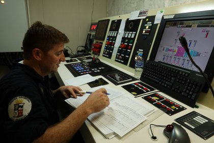 """El cuarto de control de máquinas, uno de los varios """"corazones"""" de la nave"""