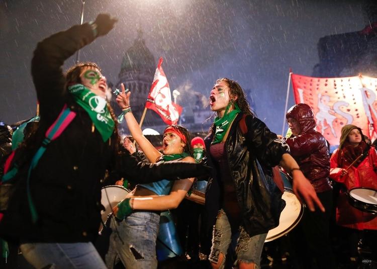 NATACHA PISARENKO. CABA. 8 de Agosto 2018.Durante largas horas, miles de mujeres frente al Congreso y bajo la lluvia, siguen por pantallas gigantes el debate del proyecto de Ley de Interrupción Voluntaria del Embarazo en la Cámara de Senadores