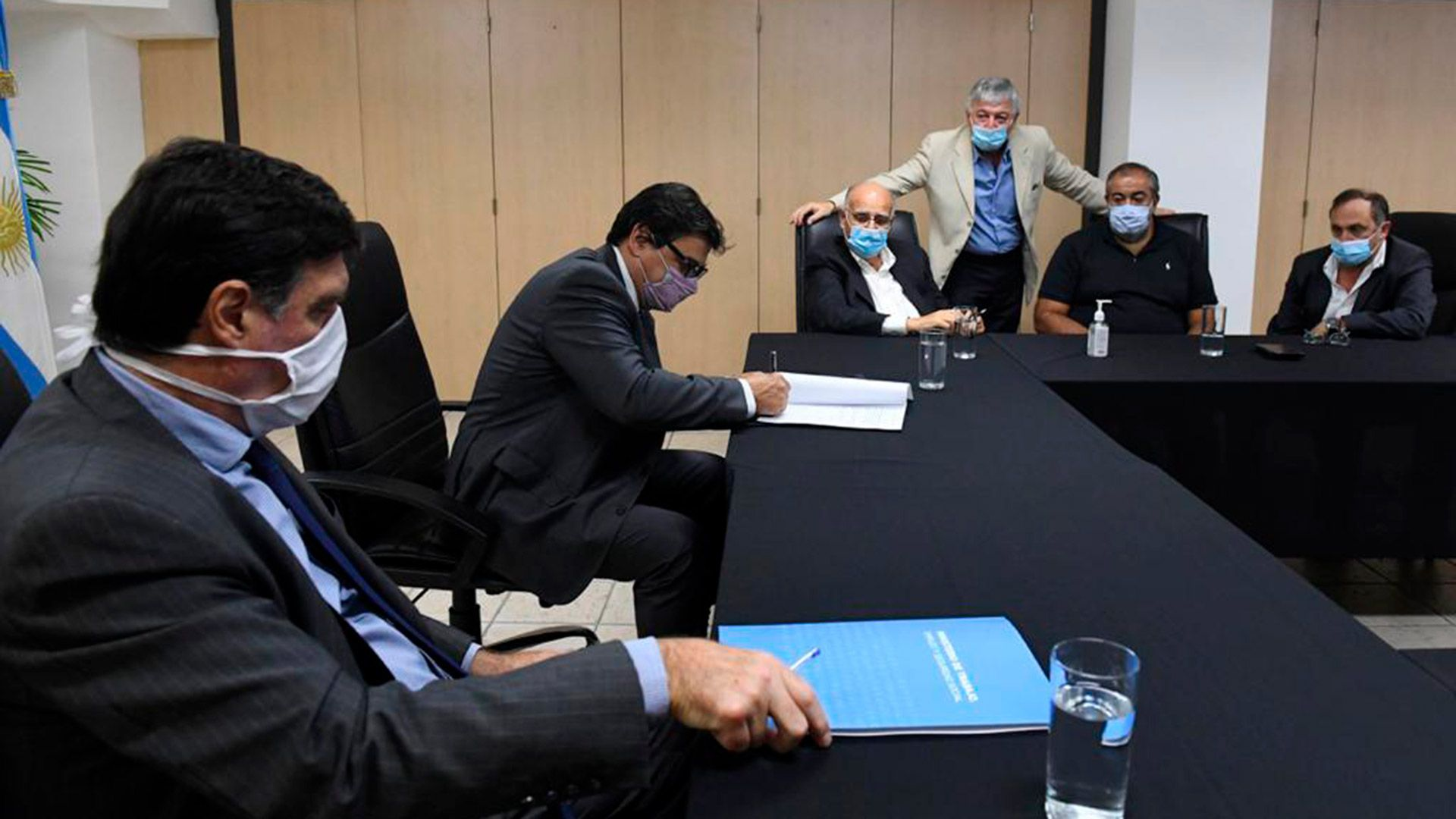 ministro Claudio Moroni firma el acuerdo salarial de Sanidad con empresarios y los sindicalistas Héctor Daer y Carlos West Ocampo