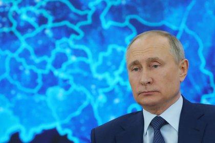 El presidente ruso Vladimir Putin se dirige a su conferencia de prensa anual a través de un enlace de video en la residencia estatal de Novo-Ogaryovo, en las afueras de Moscú (Foto de Mikhail Klimentyev / SPUTNIK / AFP)