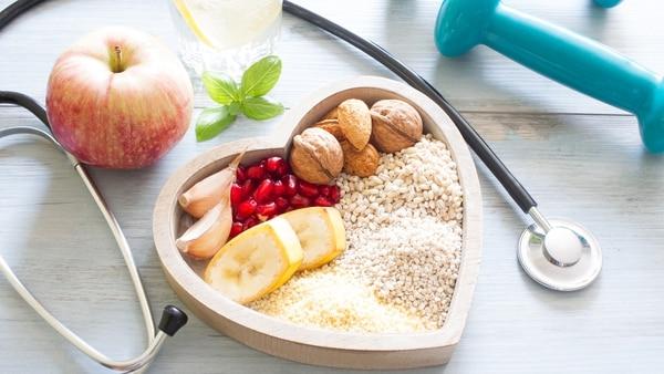 Llevar una dieta saludable es indispensable para mantener un corazón sano (iStock)