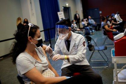 FOTO DE ARCHIVO: Una mujer recibe una dosis de la vacuna contra la enfermedad del coronavirus de Johnson & Johnson (COVID-19) en un centro de vacunación en Chinatown, en Chicago, Illinois, EE. UU., 6 de abril de 2021. REUTERS / Carlos Barria
