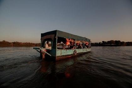 Turistas navegan a través de la convergencia entre el río Nilo Blanco y el río Nilo Azul en Jartum, Sudán, el 15 de febrero de 2020 (REUTERS/Zohra Bensemra)