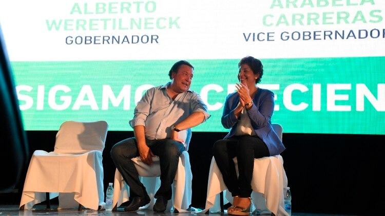 Weretilneck junto a la ahora candidata a gobernadora, Arabela Carreras