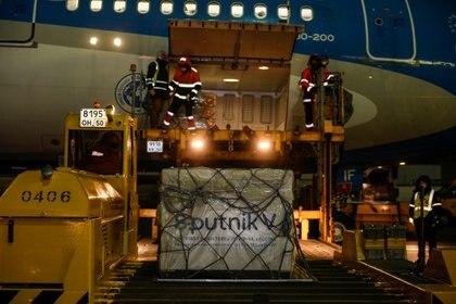 La vacuna rusa Sputnik V en plena carga en el avión de Aerolíneas Argentinas con destino a Buenos Aires (Reuters)