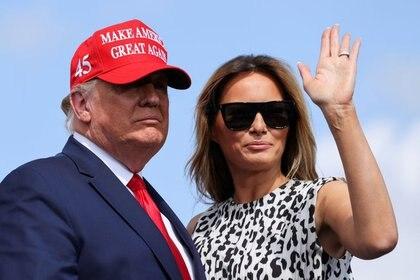 La primera dama Melania Trump saluda junto al presidente de los Estados Unidos, Donald Trump, antes de un mitin en Tampa (Reuters)