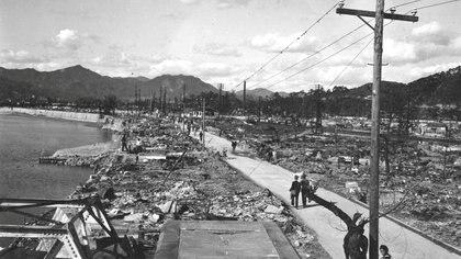 Personas caminando por una calle en Hiroshima, que ha sido habilitad después de la explosión (War Department/U.S. National Archives/REUTERS/Archivo)