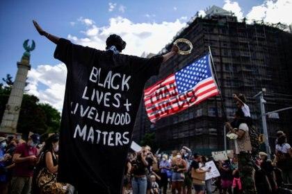 """Un manifestante viste una larga camisa con la leyenda """"La vida de los negros importa"""", lema principal de las protestas contra el racismo (REUTERS/Eduardo Munoz)"""