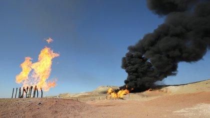 """El ISIS suele prender fuego a los pozos petroleros que abandona, pero las FDS aseguran haber capturado Al Omar """"casi sin causar daños"""" (AFP)"""