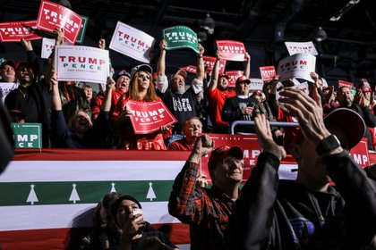Los típicos carteles que llevan los seguidores de Trump se vieron este jueves en Battle Creek (REUTERS/Leah Millis?)