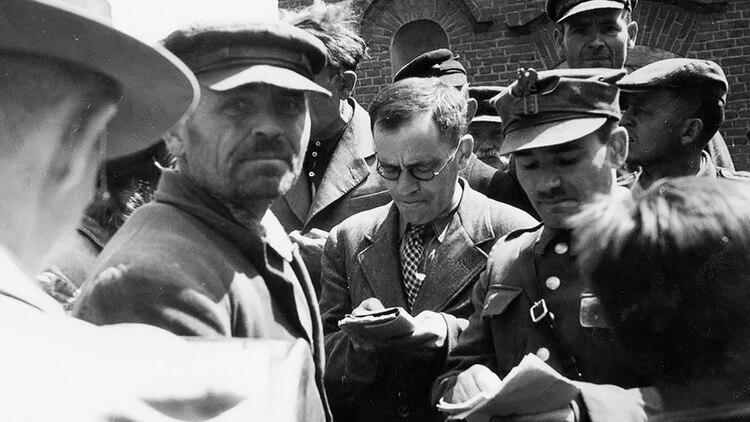 Nachman Blumental, al centro, tomaba notas en Chelmno, Polonia, después de que esa región fue liberada. (Archivo Yad Vashem)