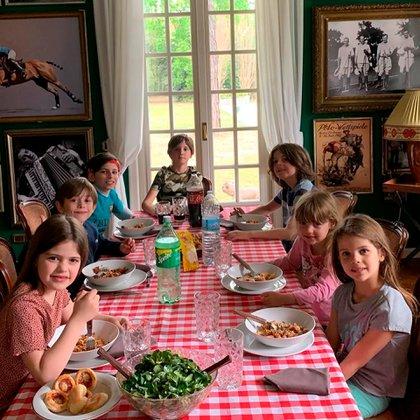 Los hijos de Wanda Nara compartieron un almuerzo con amigos en la casa de campo (Instagram @wanda_icardi)
