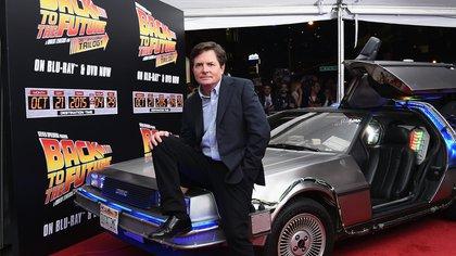 El reencuentro de Michael J. Fox con el DeLorean, en 2016. (AFP)