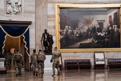 La Guardia Nacional intenta restablecer el orden en el Capitolio tras la irrupción.