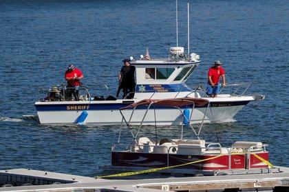 Un barco del departamento del sheriff del condado de Ventura navega cerca del barco que el actor Naya Rivera estaba usando cuando desapareció, en el Lago Piru, California (Reuters)