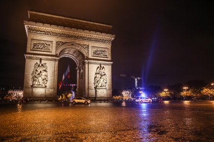 Desde hace dos semanas rige un toque de queda nocturno en París (EFE)