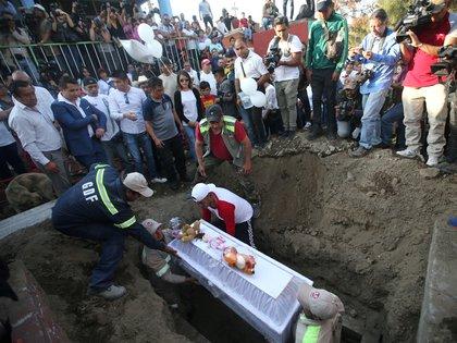 Familiares y amigos de la familia dieron el último adiós a a la pequeña y exigieron dar con los responsables Foto: (REUTERS/Edgard Garrido)