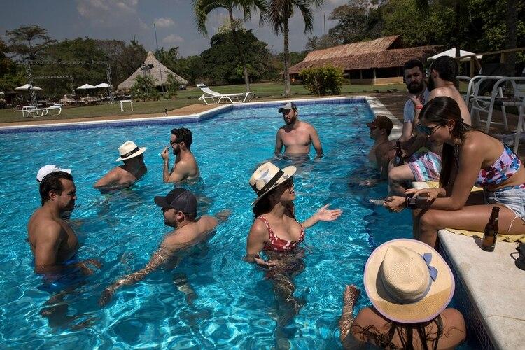 Los huéspedes disfrutaron la piscina antes de la boda en La Llanada, un campamento de verano en la hacienda Camburito en Acarigua, la región de los vaqueros y donde el fallecido presidente Hugo Chávez nació bajo una choza de barro