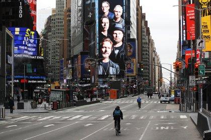 Hace menos de 100 días si alguien hubiera dicho que Times Square, en Nueva York, estaría desierto, habría sido tomado por loco (Reuters/ Brendan Mcdermid)