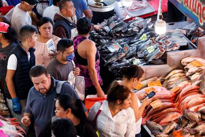 Decenas de personas realizan compras en el mercado de pescados y mariscos La Nueva Viga ayer miércoles, en Ciudad de México (México). (Foto: EFE/ José Méndez)
