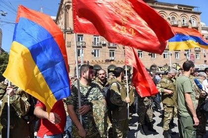 Varias personas acuden a un encuentro para reclutar voluntarios militares en Ereván después de que Armenia declaró la ley marcial tras enfrentamientos con Azerbaiyán. 27 septiembre 2020.