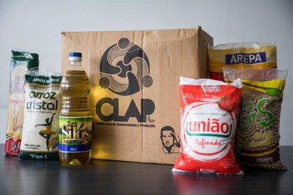 Fotografía del 21 de junio del 2020 donde se observa una caja de Los Comités Locales de Abastecimiento y Producción (CLAP), en Caracas (Venezuela). EFE/Miguel Gutiérrez