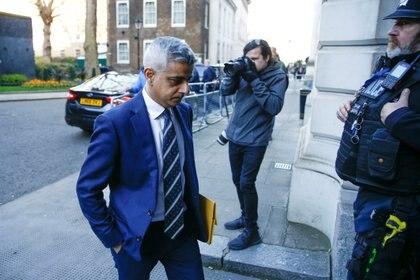 El alcalde de Londres, Sadiq Khan, abandona Downing Street, mientras continúa el brote de coronavirus, en Londres, el 16 de marzo de 2020. (REUTERS/Henry Nicholls)