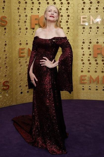 Patricia Clarkson elegante y sofisticada. Bajo la tendencia de los paillettes, la actriz lució un diseño off shoulders con mangas acampanadas en color bordó