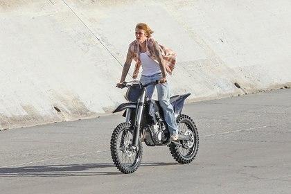 Trabajo y acción. Justin Bieber se subió a una moto para filmar un nuevo videoclip en Los Ángeles. Antes de comenzar el rodaje, se realizó un hisopado, tal como indica el protocolo sanitario por el coronavirus. El artista no quiso que la escena la hiciera un doble de riesgo sino que él se animó a manejarla y hacer los movimientos que le indicó el director