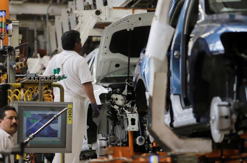 Un empleado trabaja en la línea de producción de los automóviles Volkswagen Tiguan en la planta de ensamblaje de la compañía en Puebla, México, 10 de julio de 2019. Fotografía tomada el 10 de julio de 2019. REUTERS / Imelda Medina / Foto de archivo