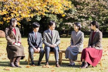 Akishino de Japón cumplió 55 años. La Casa Imperial ha celebrado su aniversario con una serie de imágenes con su esposa y sus tres hijos (Reuters)