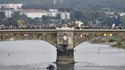 """Los convocados avanzaron por un puente sobre el río Elba durante la manifestación titulada """"Unteilbar"""" (indivisible) el 24 de agosto de 2019 en Dresde, Alemania del Este (Photo by John MACDOUGALL / AFP)"""
