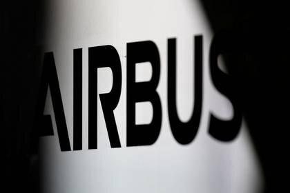 FOTO DE ARCHIVO: El logo de Airbus está en la sede del constructor de aviones de Airbus en Colomiers, cerca de Toulouse, Francia, 15 de noviembre de 2019. REUTERS/Regis Duvignau/File Photo