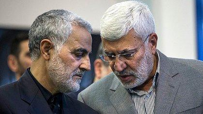 El comandante de las Fuerzas Quds iraníes, Qassem Soleimani, junto a Abu Mahdi al Muhandes, cabeza visible de Kataeb Hezbollah (Crédito gentileza FARS)