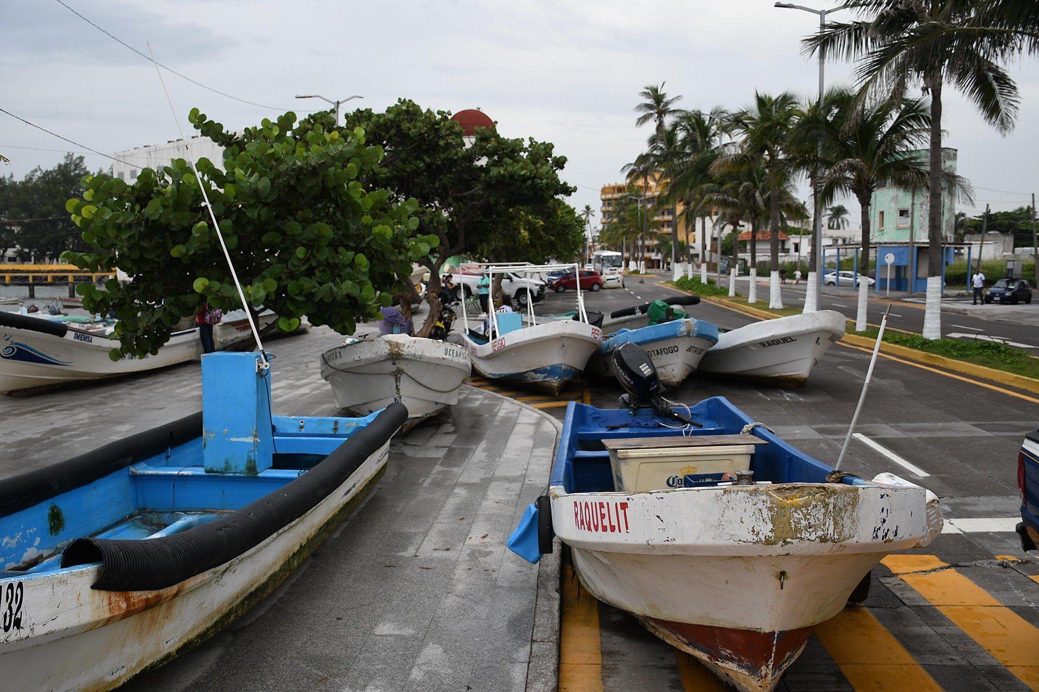 Lanchas de pescadores son resguardadas ante la llegada del huracán Grace en el puerto de Veracruz (México). EFE/Miguel Victoria