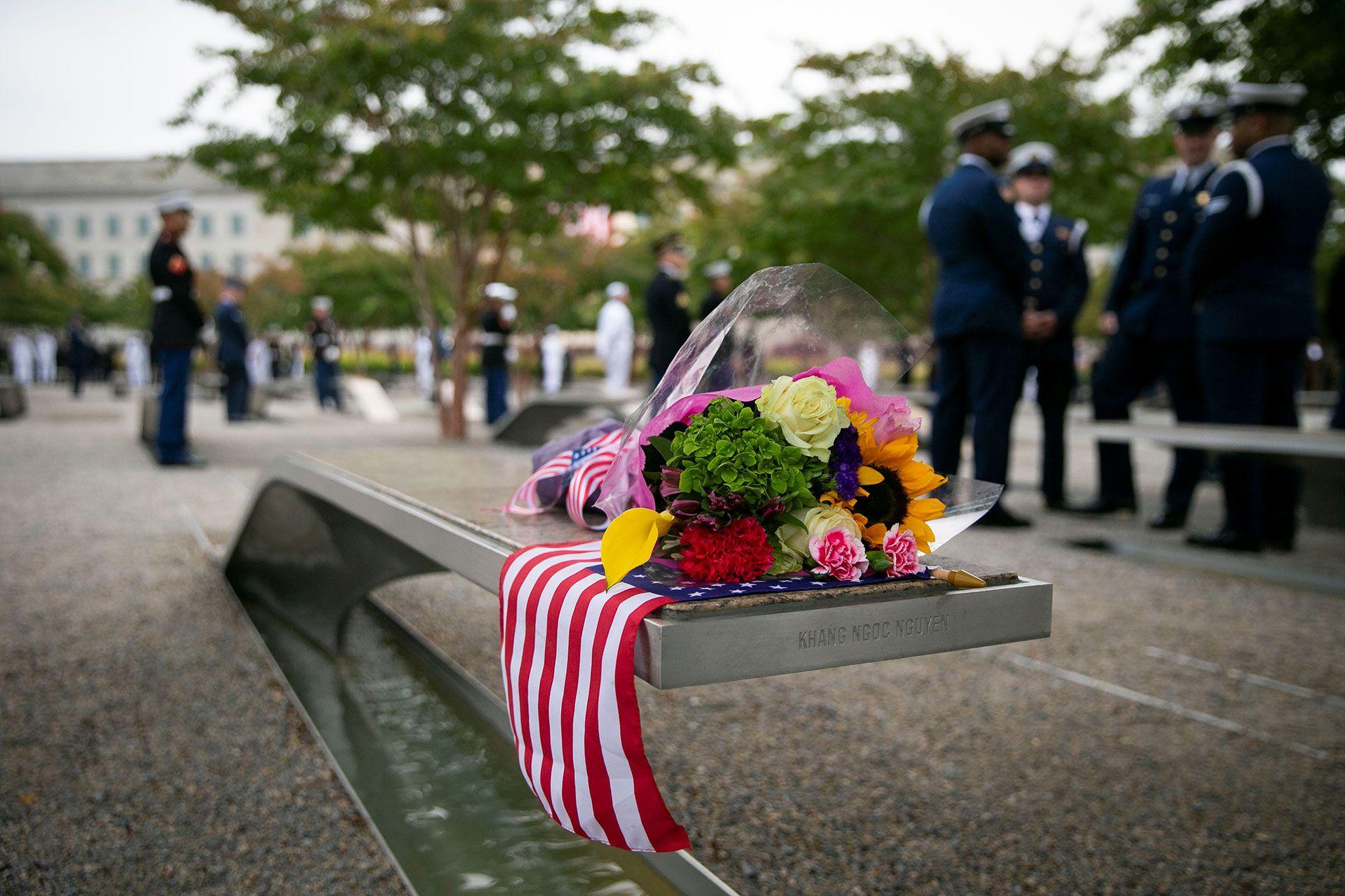 Ofrendas frente al Pentágono, en Arlington, Virginia (Reuters)